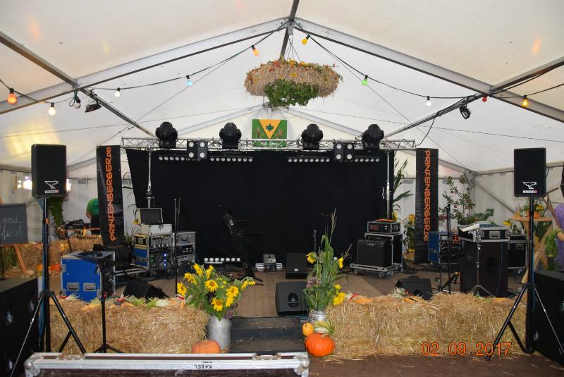 Eine super schöne kleine gemütliche Bühne...aber eine Mega Party!!!